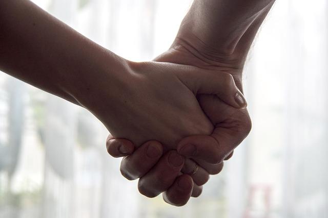 hands-2802891_640